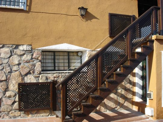Valla de madera en escalera de madera