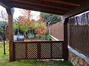 Celosía de madera bajo porche de madera